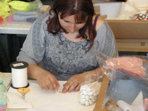 Una sarta al lavoro sulle bomboniere